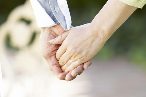 手をつなぐ仲良し夫婦(イメージ)