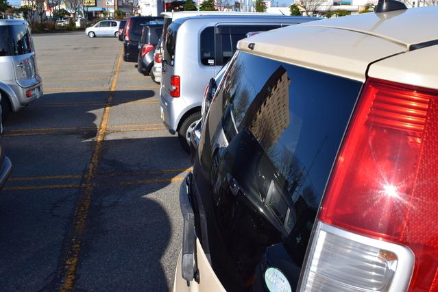 駐車場で浮気相手の車に乗り換え(イメージ)