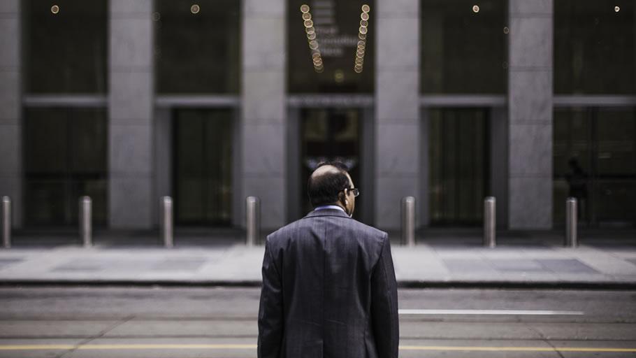 社長は孤独に会社の未来を考える ※写真はイメージです