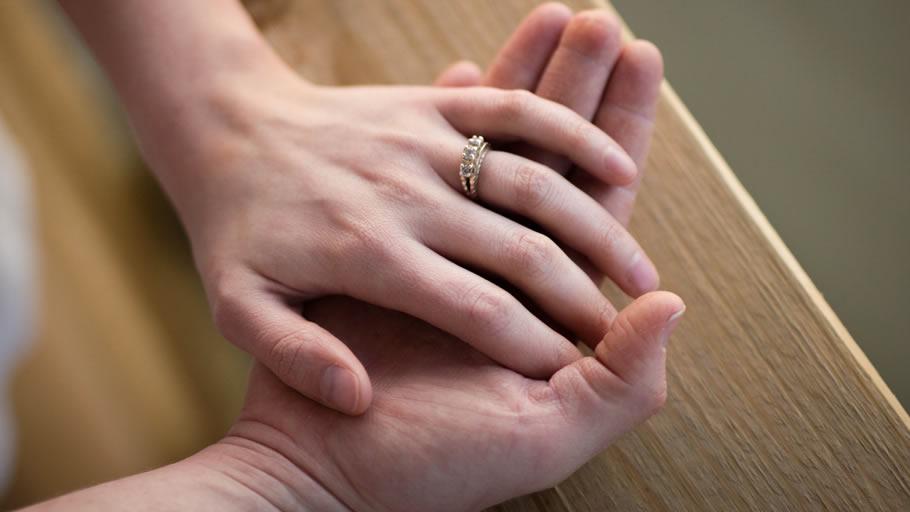 仕事に精を出す妻に浮気の影(イメージ)