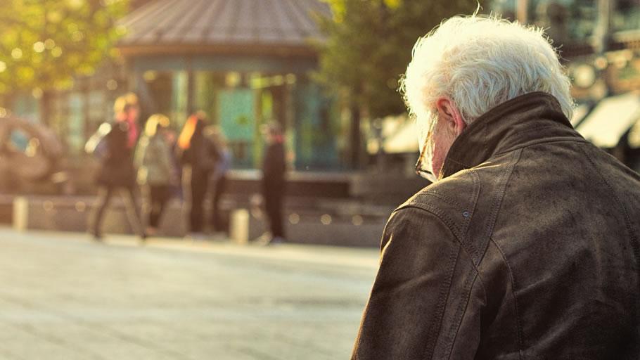 遠方の実家に一人暮らしの父が不安(イメージ)