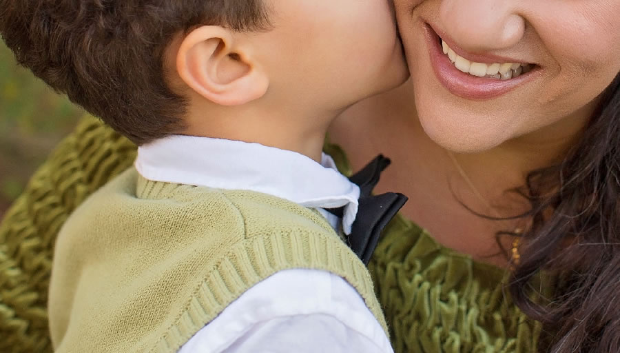 母親が守る子どもの成長(イメージ)