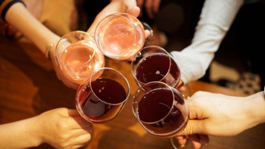パーティーで乾杯