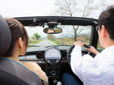 ドライブする夫婦