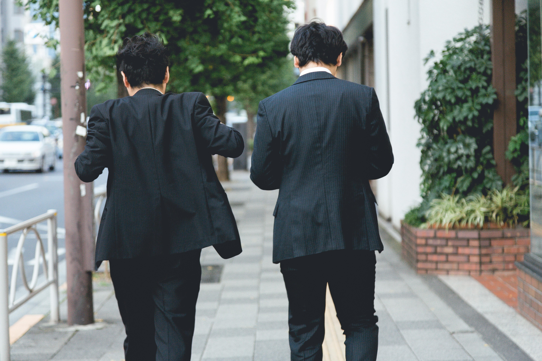 二人の探偵の後ろ姿(イメージ)