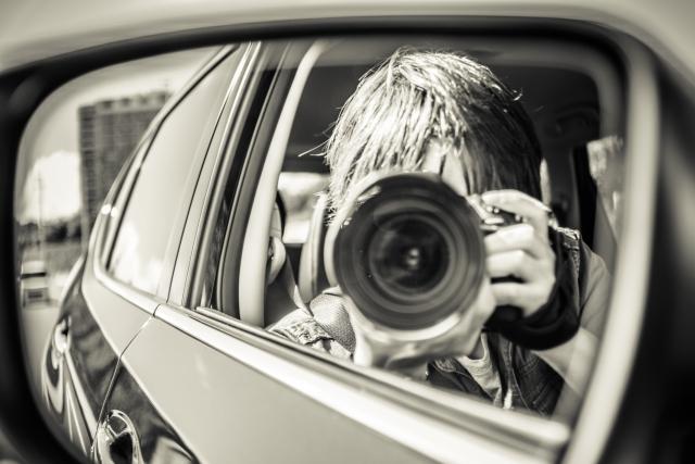 カメラを構える探偵