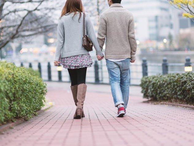 男女の歩く後ろ姿